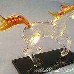 Trophée cheval en verre - Trophée d'art personnalisé - Sculpture équine réalisée au chalumeau - Socle en verre noir avec marquage personnalisé - Art Verrier