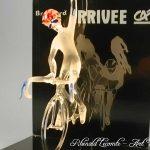 Trophée événementiel - Trophée cycliste - Brassard Crédit agricole 2004 - Création verre plein - verre sablé - Art Verrier