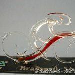 Trophée événementiel - Trophée cycliste - Brassard Crédit agricole 2005 - Création verre plein - Coureur stylisé rouge - Art Verrier