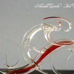 Trophée événementiel - Trophée cycliste - Brassard Crédit agricole 2005 - Création verre plein - Coureur stylisé rouge - Plan rapproché - Art Verrier
