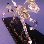 Trophée équestre en verre - Trophée d'art 2016 - Sulky sculpté en verre plein sur socle noir - Hauteur 14 cm - Largeur 12 cm - Longueur 37 cm - Art Verrier