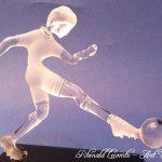 Trophée d'art football - Joueur de foot en verre plein - Création 2016 - Traitement verre satiné - verre translucide - Rhénald Lecomte - Art Verrier