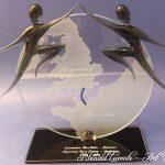Trophée Jumelage 40 ans Ouistreham Riva bella - Angmering West Sussex - Personnalisation verre sablé - Marquage personnalisé sur socle noir