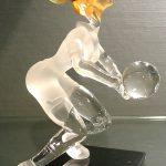 Trophée d'art volley-ball 2014 - Volleyeuse sculptée en verre plein - Traitement verre satiné - verre transparent - Art Verrier